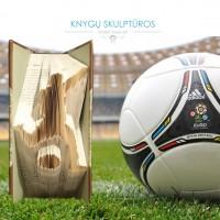 futbolininkas-fulbolas-knygu-skulptura-balta